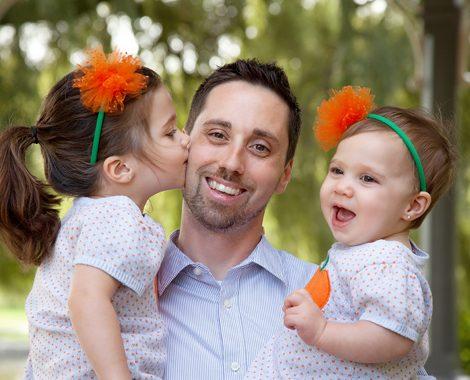 dad-daughters-kiss